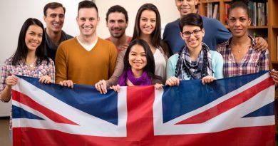 jovens nativos com visto de estudante segurando a bandeira do Reino Unido.