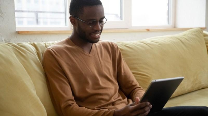 homem lendo textos em Ingles para Iniciantes cambly