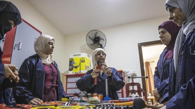 Safaa (centro) ensina encanamento para refugiadas sírias em seu centro de treinamento em Irbid, Jordânia.