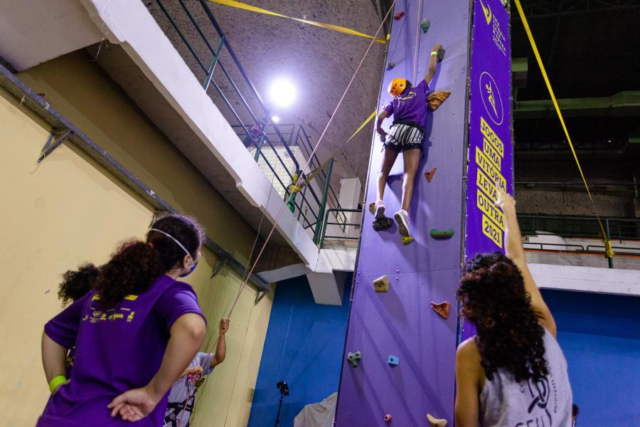 participantes dos jogos praticam escalada indoor