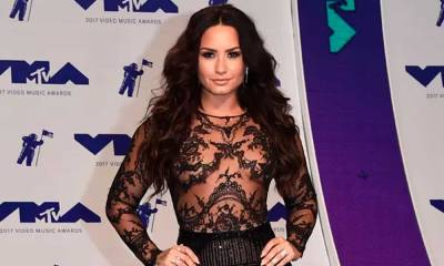 Sem sutiã, Demi Lovato desfila pelo tapete vermelho do VMA 2017. Veja os looks