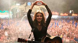 Paula Fernandes faz show para 30 mil pessoas em Portugal