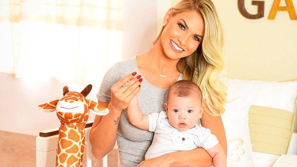 Andressa Suíta comemora 4 meses do filho, Gabriel, e encanta web: 'Lindos!'