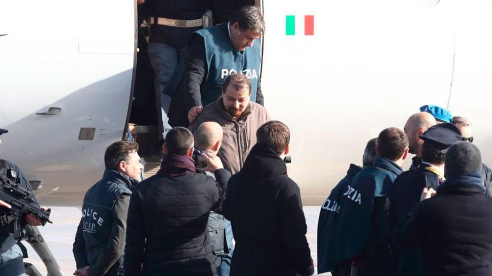 Avião com Cesare Battisti aterrissa em Roma