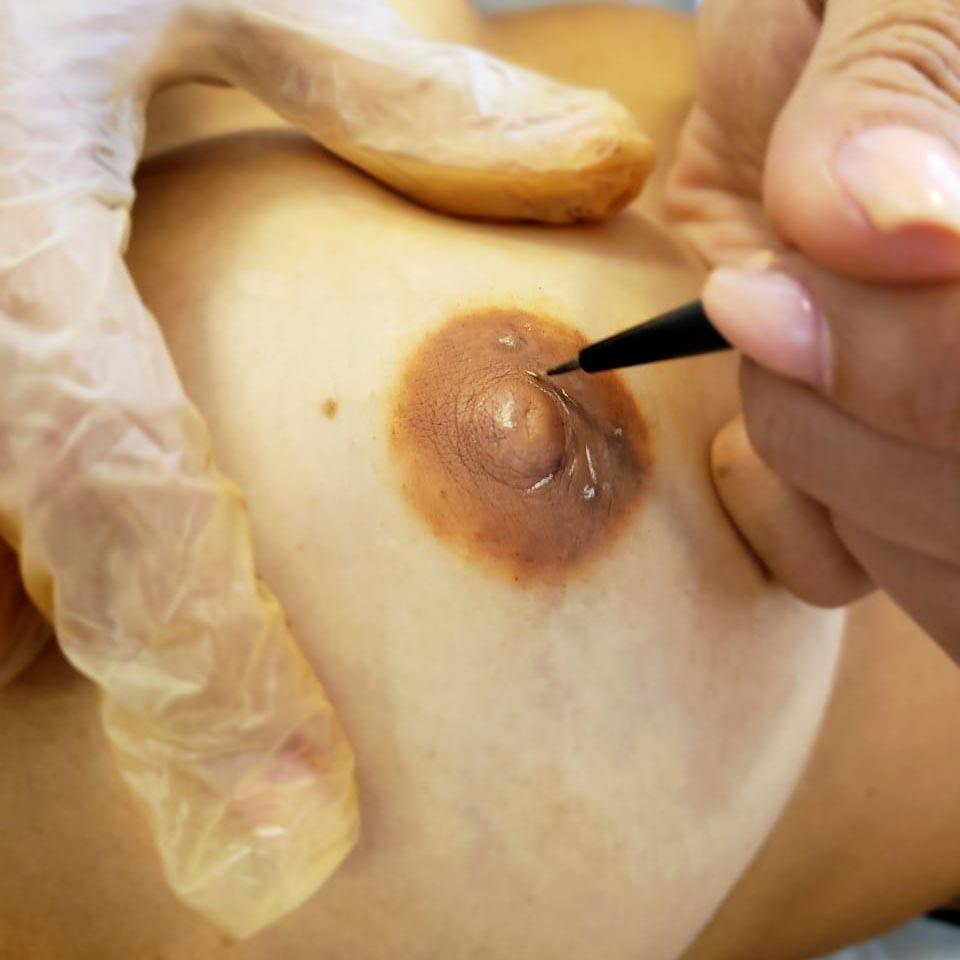 Processo de micropigmentação. Foto: Camila Martins