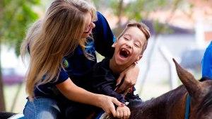 Associação Nacional de Equoterapia oferece 60 vagas para atendimento gratuito de crianças com paralisia cerebral
