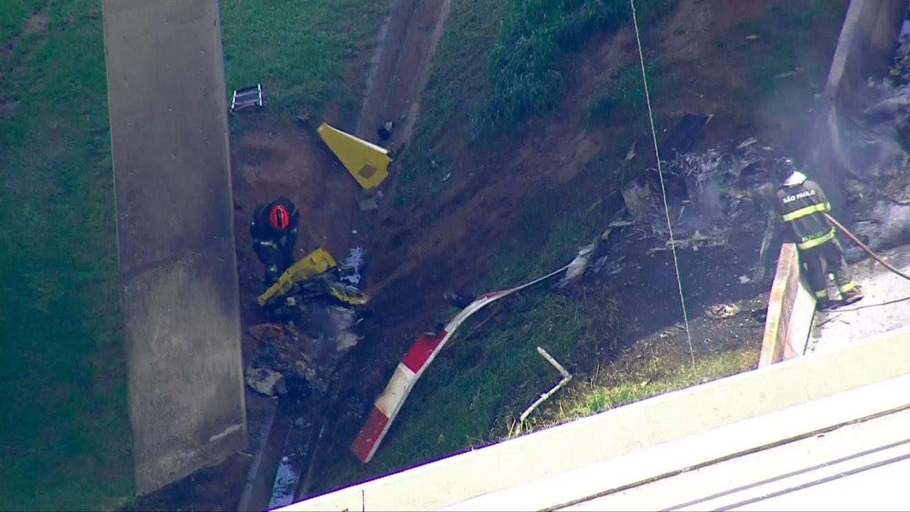 Bombeiros recolhem peças do helicóptero que caiu na Anhanguera. Foto: TV Globo/Reprodução