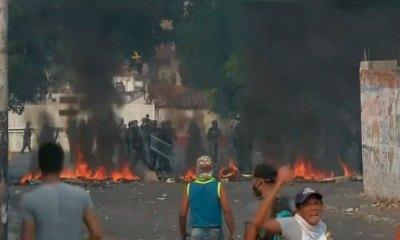 Militares venezuelanos entram em confronto com manifestantes em ponte na fronteira