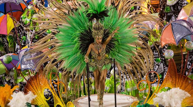 Una bailarina en el desfile del Carnaval de Rio de Janeiro. Foto: Civitatis
