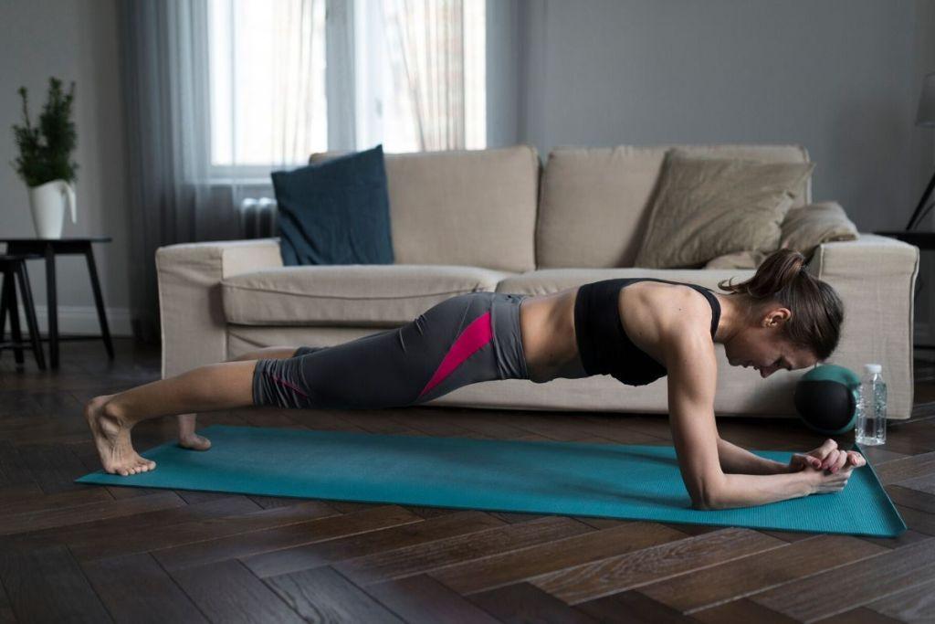 exercício no movimento prancha