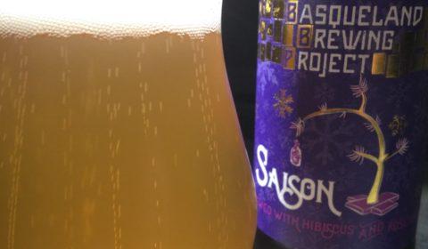 Basqueland Brewing Project Hibiscus and Rosehips Saison dégustation gros plan sur le packaging. Une très belle étiquette ! beerporn beerychristmas Saveur-Bière