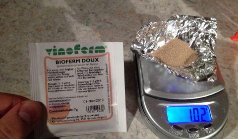 Pesée de la levure à vin Vinoferm Brewferm Doux 1g pour 3L d'hydromel artisanal