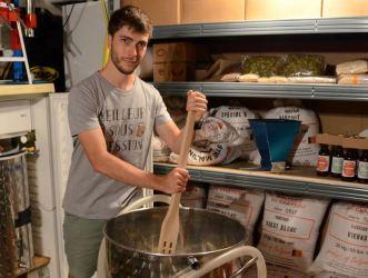 Image d'illustration issue de l'article paru le 16 sept. 2017 dans L'Alsace Thur-Doller sur la Brasserie du Vallon - photo de moi, Quentin MANGEL, l'artisan brasseur à l'air encore juvénile ... ça à bien changé depuis !