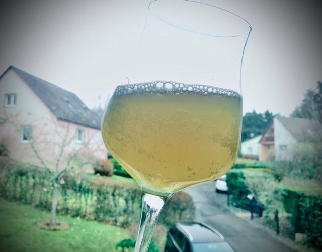 Dégustation du premier échantillon, photo à contre-jour, jour terne, bière terne - Expérience brassage de bière crue à l'ancienne technique médiévale raw ale - Brasserie du Vallon