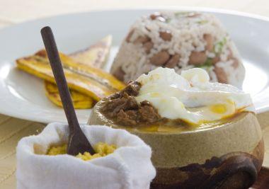Tordesilhas: Picadinho acompanhado de arroz, de feijão, banana da terra grellhada, ovo pochê e farofa. Foto: divulgação