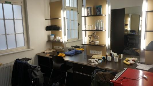 Blick in die Garderobe der Schauspieler. Foto: Beate Ziehres