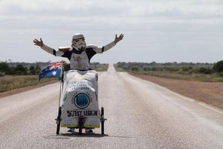 Conheça o Australiano que percorreu mais de 15.000 km ao redor da Austrália fantasiado de Stormtrooper (por um bom motivo).