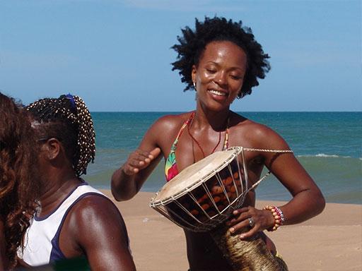 Menina dancing Salvador beach