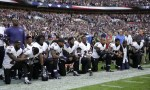 向川普宣戰!上百名NFL球員在唱國歌時跪地抗議