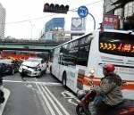 台灣大道兩車對撞 行人遭波及5受傷
