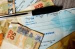 """從明年一月一日起,央行強制各銀行提供的客戶透支信貸產品""""特別支票""""的每月利率為8%,較目前減少一半"""