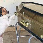 巴伊亞州一女子葬禮上 忠犬不停哭泣