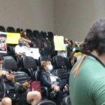"""反""""疫苗護照""""者與市議員發生衝突 巴西阿雷格里港議會場面一度混亂"""