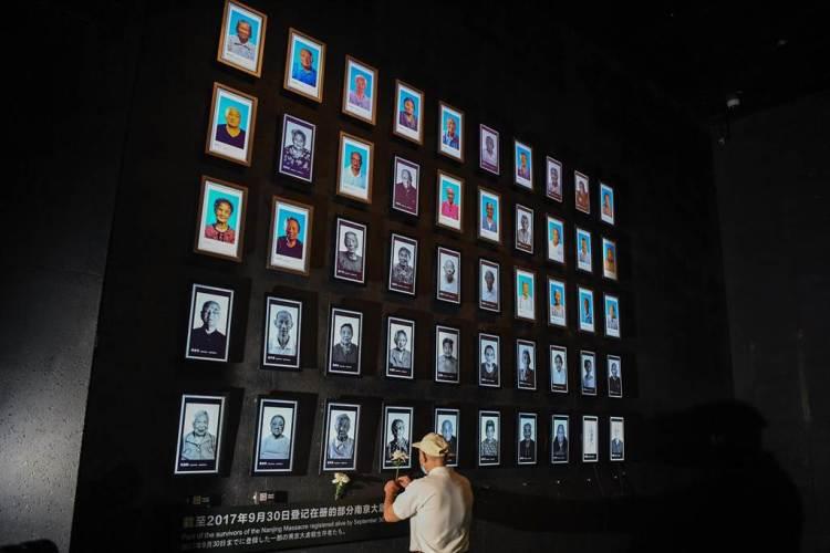 大陸《人民日報》海外網引述日本《朝日新聞》14日報導,日本連鎖輔導機構「駿河預備校」早前刪除了其歷史教材中涉及南京大屠殺等內容。圖為侵華日軍南京大屠殺遇難同胞紀念館為今年離世的大屠殺倖存者舉行熄燈悼念儀式。