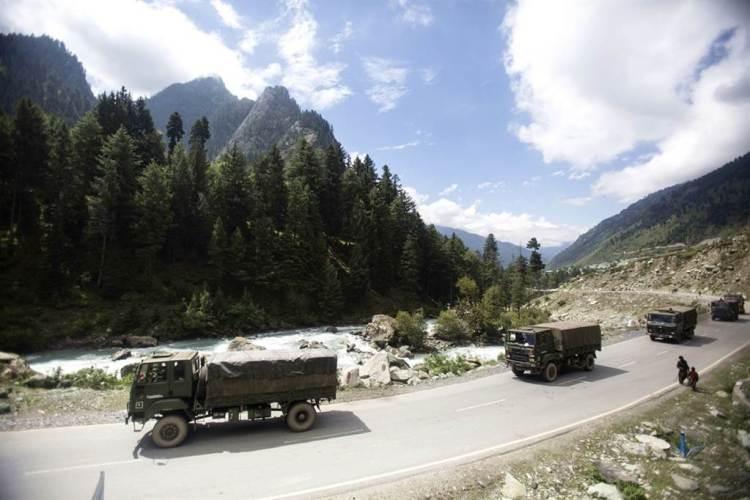 中國大陸與印度持續在邊境拉達克地區對峙,當地印度村民擔心衝突全面爆發,要求印度政府協助遷居。圖為印度軍隊前往拉達克。