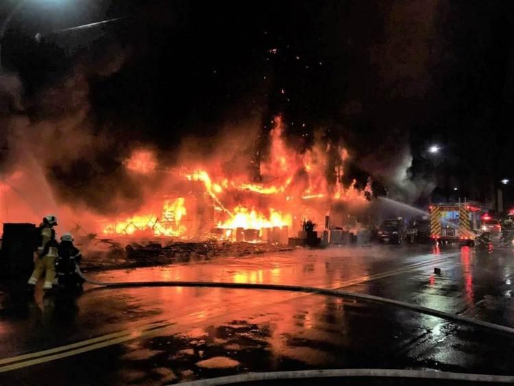 高雄鹽埕區府北路一處民宅14日凌晨3點驚傳大火,建物一樓全面陷入火海。