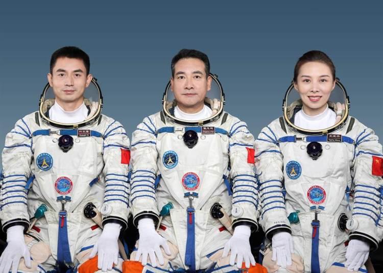 據中國載人航天工程辦公室消息,經空間站階段飛行任務總指揮部研究決定,翟志剛(中)、王亞平(右)、葉光富3名航天員將執行神舟十三號載人飛行任務,由翟志剛擔任指令長。