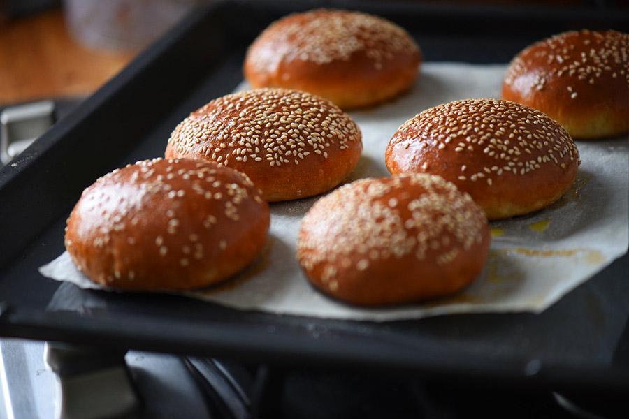 Fotografie cu chiflele de hamburger cu drojdie după ce au fost scoase din cuptor