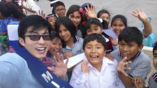 Top Model Jun Mr. China entertaining kids in beauty pageant peru