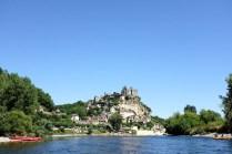 Le village de Beynac accroché à sa falaise