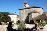 Pause détente sur la place principale de Saint-Jean de Côle