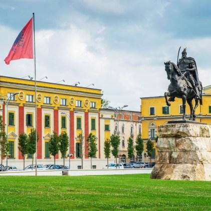 Tirana est une la capitale albanaise, autrefois grise et terne,,,