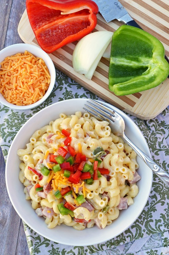 This Gluten Free Pepperjack Mac n' Cheese is covered in a creamy pepperjack cheddar sauce and mixed with bits of onions, red and green bell peppers, and fresh smoked ham. It's an easy thirty minute weeknight meal.