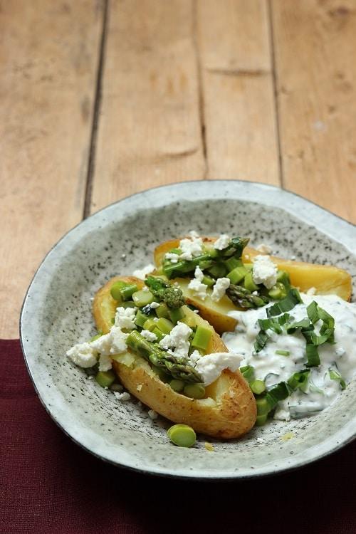 Kumpir mit Bärlauch und grünem Spargel - köstlich diese große Ofenkartoffel