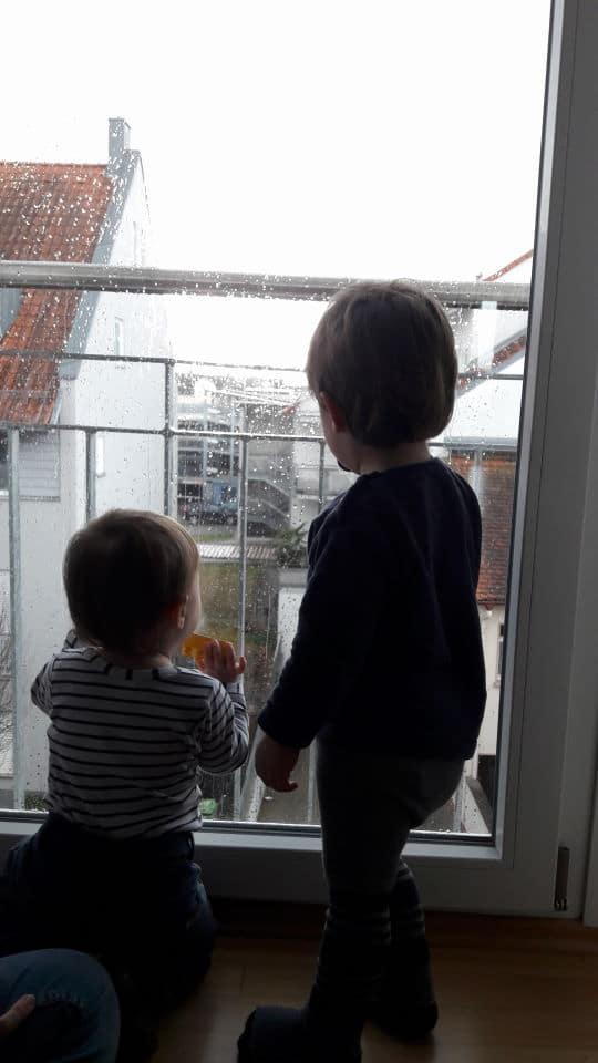 Spaziergang am Rhein und Regen beobachten