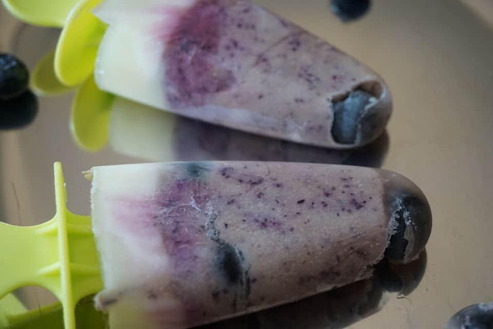 Baby Eis selber machen - Blaubeer-Joghurt-Eis am Stiel