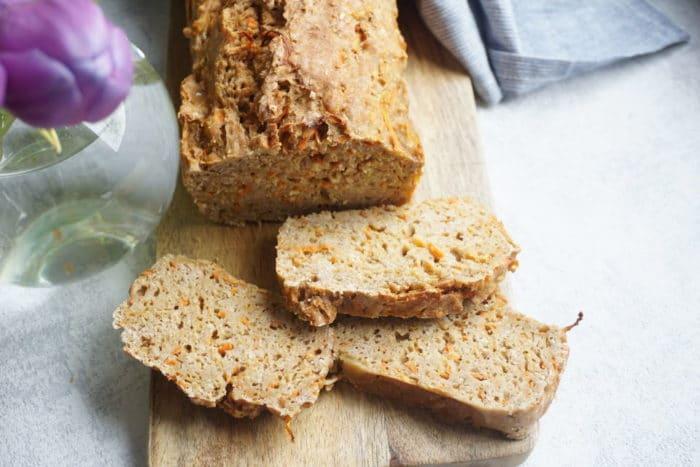frisches Brot aufgeschnitten auf einem Brett - saftiges Brot mit Möhren für Kinder - Brot selber backen leicht gemacht