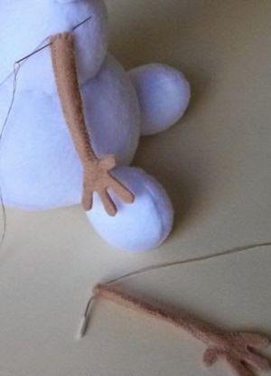 Assembler les bras de la peluche Olaf
