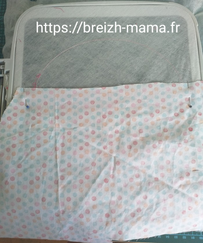 Placer le tissu de doublure de partie haute vers le bas endroit contre endroit sous le cadre
