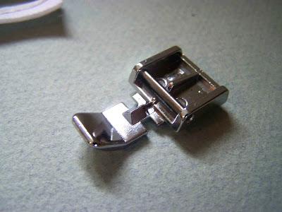 Le pied à fermeture à glissière est parfaitement adapté pour coudre votre passepoil.