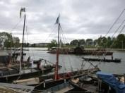 Au fond : l'Inexplosible, construit selon les plans des navires qui reliaient Nantes à Nevers par la Loire au XIXe. Celui-ci est à quai à Orléans et sert habituellement de bar.