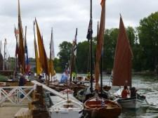 Les bateaux bretons et italiens (au fond)