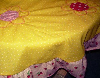 gelbe Kinder-Tischdecke mit Blumen und Erdbeeren (2)