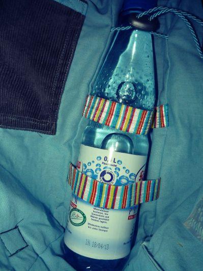 verstellbare Flaschenhalterung mit bunten Gummibändern -Flasche steht aufrecht
