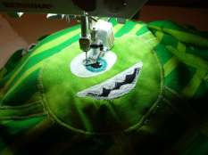 Monster-Shirt grün-hellgrün gestreift mit lachendem Monster
