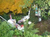 Brennender Schuh - Ausstellung in einem kreativen Garten in Gemünden, ein Platz im Grünen